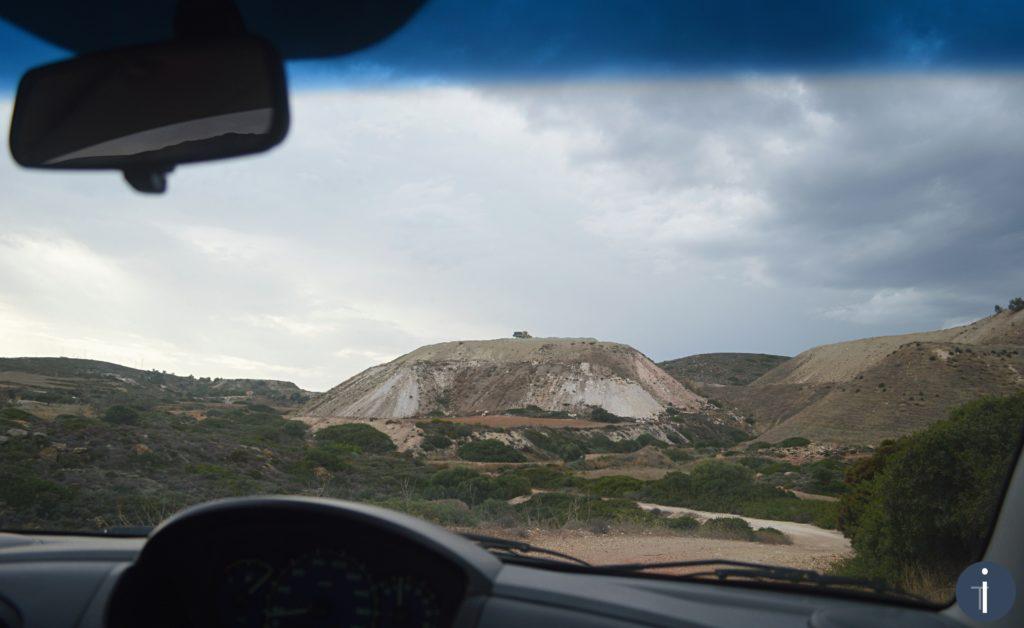 Un esempio di strada sterrata a Milos