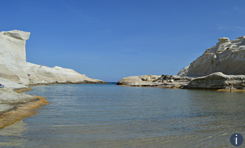 Vista dalla spiaggia di sabbia di Sarakiniko, costa nord-orientale.