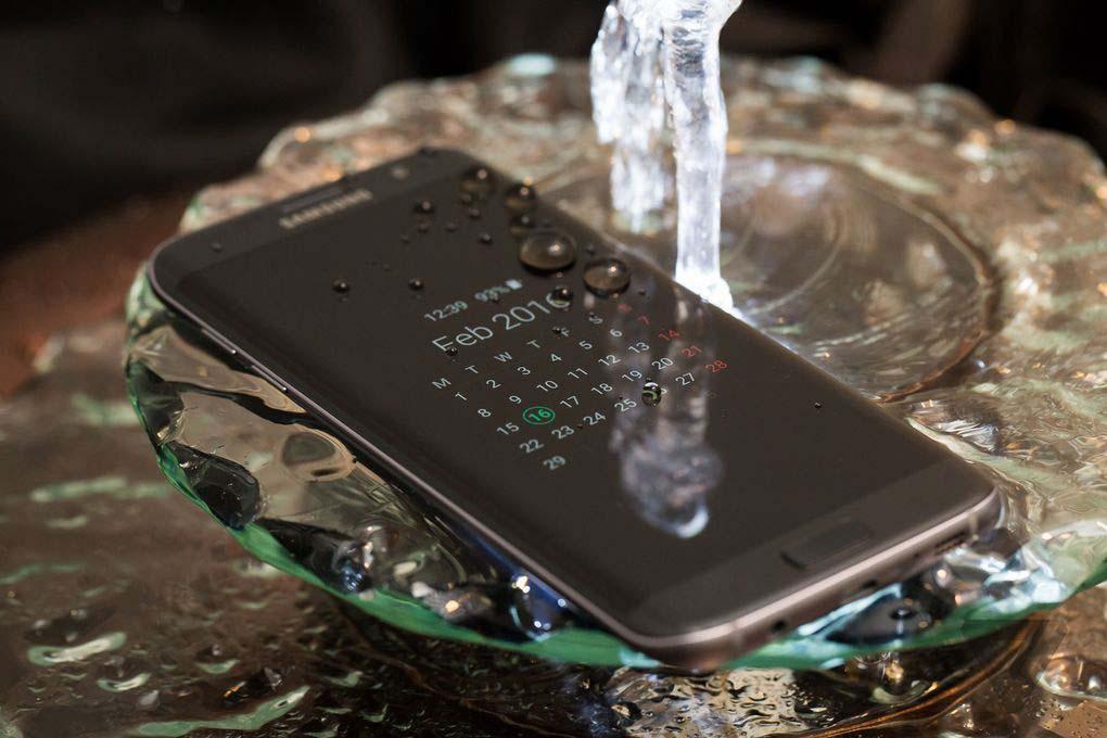 """Dettaglio legato alla certificazione IP68 su S7 Edge; grazie ad essa possiamo immergere il telefono in acqua fino a 1.5metri per 30minuti e siamo """"esonerati"""" da eventuali polveri Credit: TheVerge.com"""