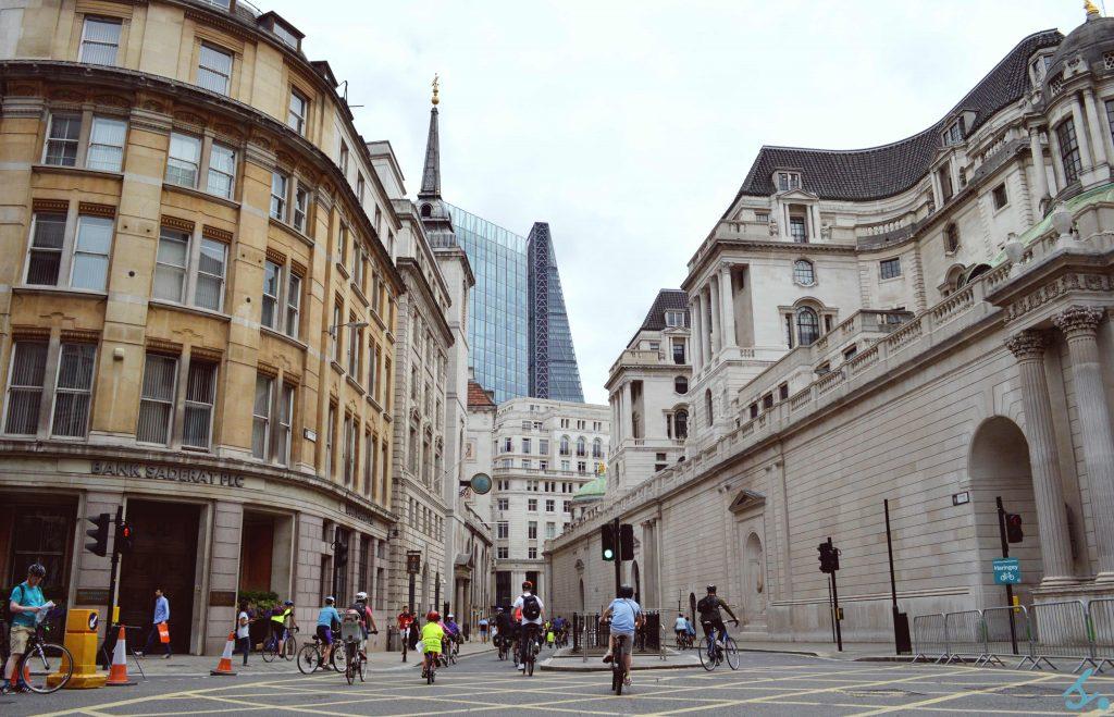Quartiere di Bank durante una manifestazione ciclistica. A dx, una parte laterale della Bank Of England